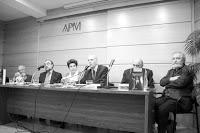 Mesa de ponentes en presentación APM